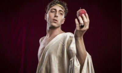 A Shakespearean actor holding an apple