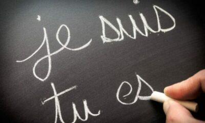 a black board with je suis, tu es written on it